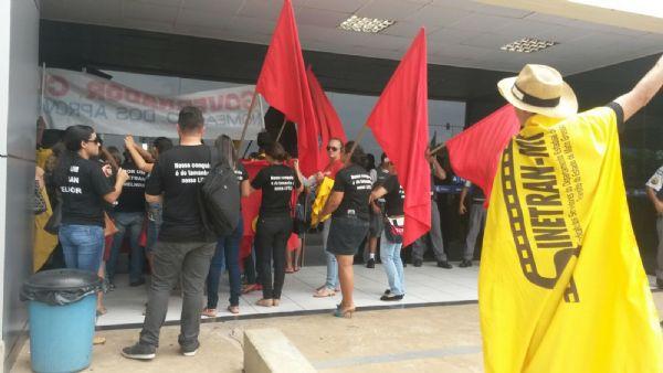 Servidores do Detran protestam em frente ao Palácio Paiaguás e ignoram determinação judicial