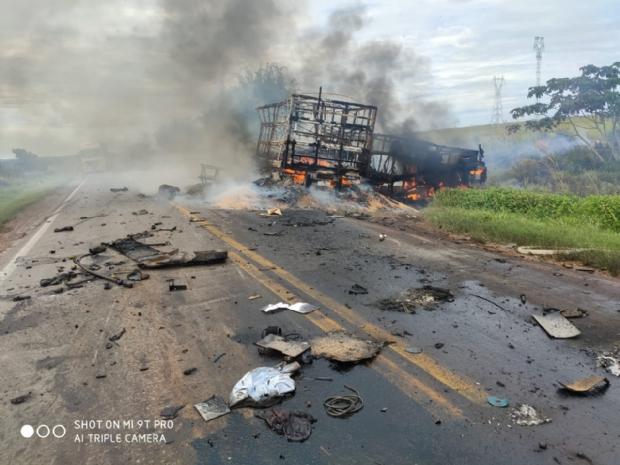 Uma pessoa morre em acidente entre duas carretas e um carro na BR-163
