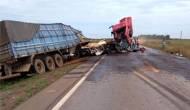 Carretas ficam destruídas e motorista fica ferido em colisão na BR-163