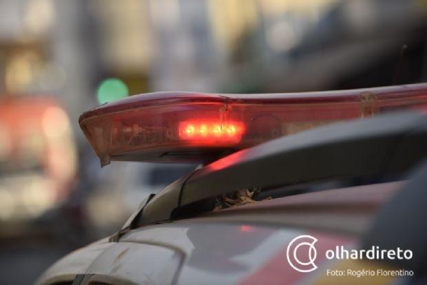 Homem encontra irmão e cunhada mortos dentro do carro; suspeita de envenenamento