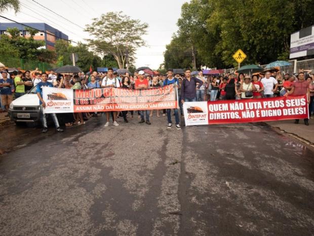 Professores protestam na porta da Seduc e aprovam paralisação das atividades
